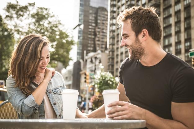 Casal em um bar ao ar livre