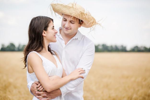 Casal em um campo