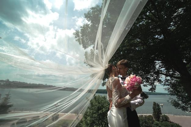 Casal em um fundo de lago