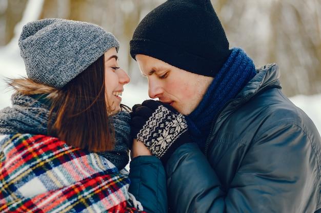 Casal em um inverno