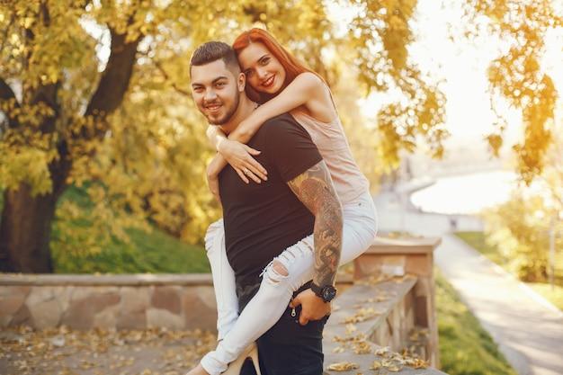 Casal em um parque