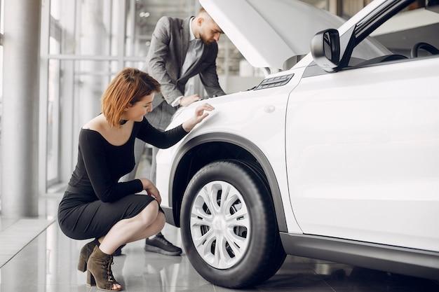 Casal em um salão de carro