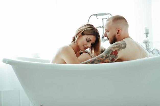 Casal em uma banheira