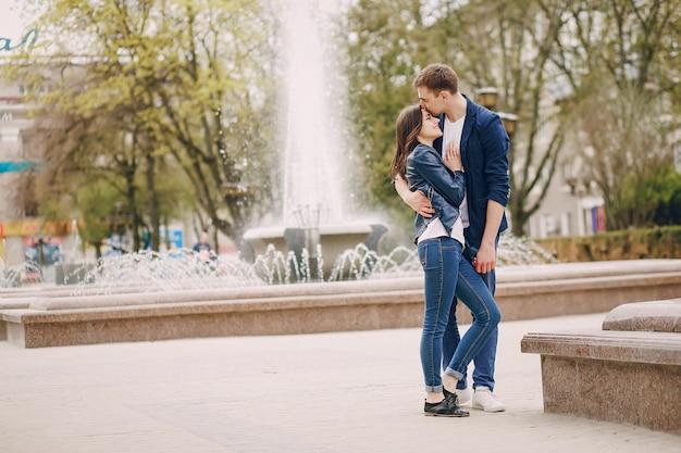 Casal em uma cidade