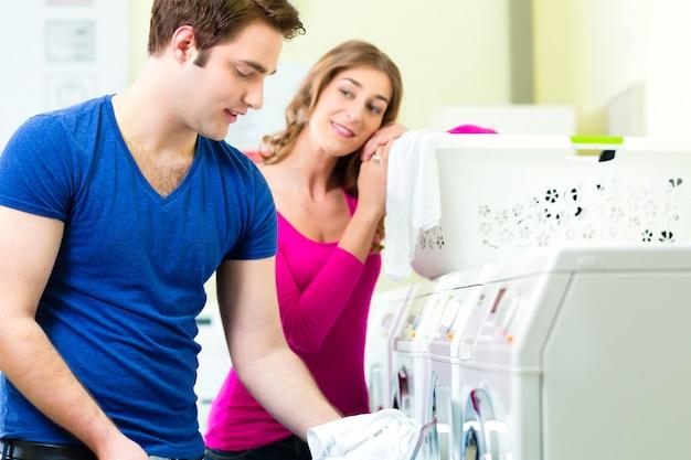 Casal em uma lavagem de roupa de moeda