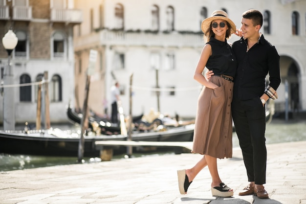Casal em uma lua de mel em veneza