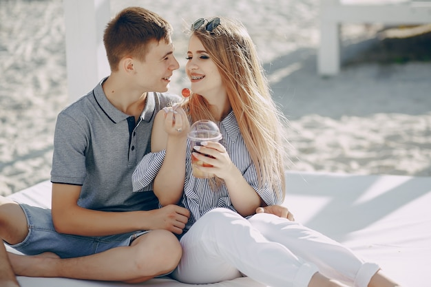 Casal em uma praia