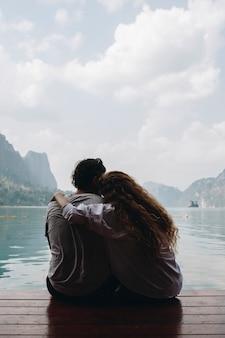 Casal em uma viagem de lua de mel