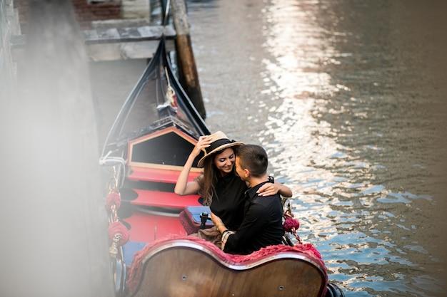 Casal em veneza sentado em gôndola