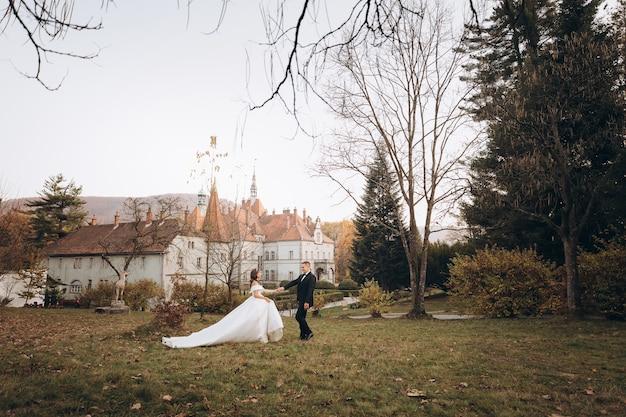 Casal em vestido de noiva caminha