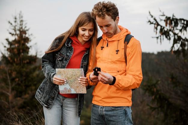 Casal em viagem com bússola e mapa