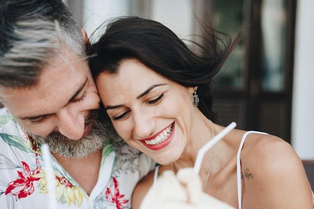Casal em viagem de lua de mel