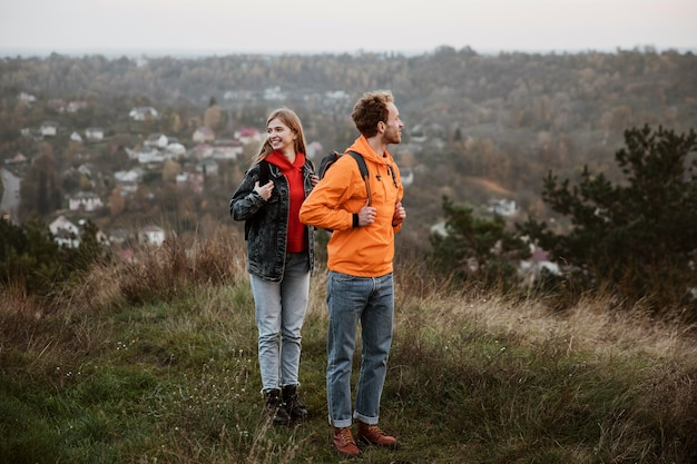 Casal em viagem na natureza