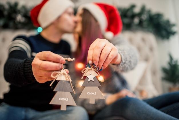 Casal embrulhando presentes de natal, casa. caixa de artesanato de natal.