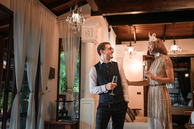 Casal encantador de homem e mulher em vestidos de noite