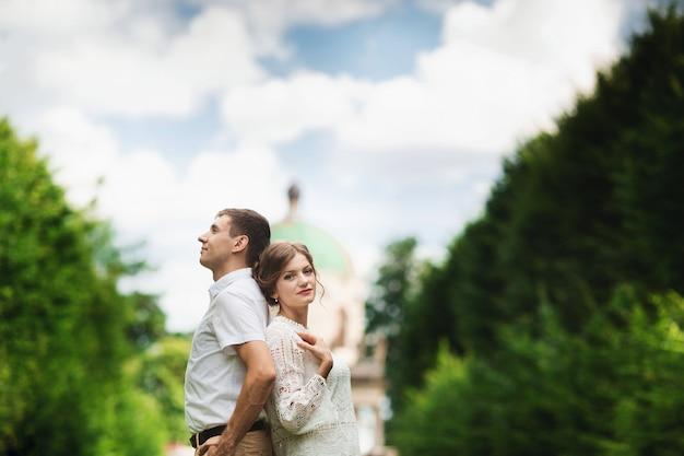 Casal encantador e elegante no amor no velho castelo vintage