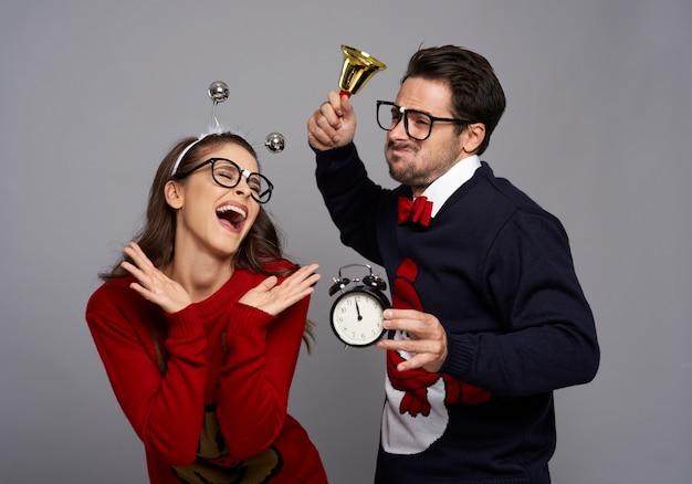 Casal engraçado anunciando a época do natal