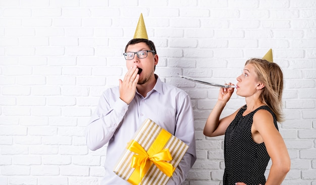 Casal engraçado comemorando aniversário