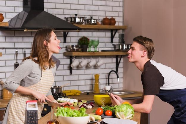 Casal engraçado cozinhar juntos
