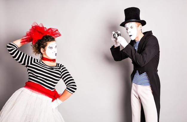 Casal engraçado de mímicos tirando uma foto, dia da mentira.