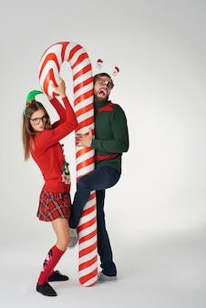 Casal engraçado de natal com bengala
