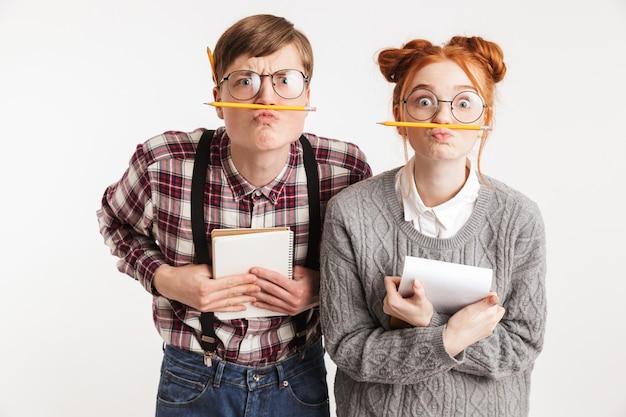 Casal engraçado de nerds da escola fazendo careta