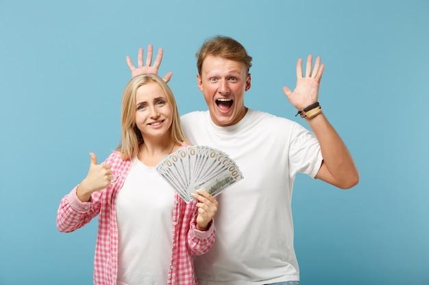 Casal engraçado dois amigos cara e mulher em camisetas brancas rosa posando