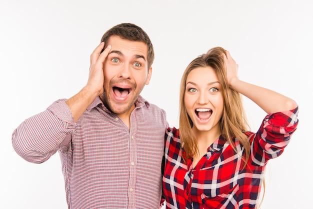 Casal engraçado e alegre mostrando surpresa