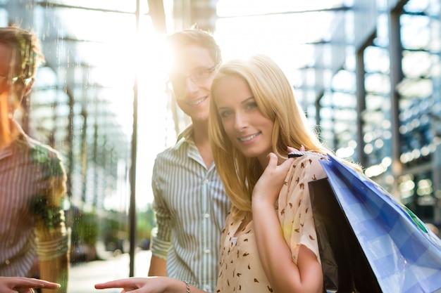 Casal enquanto fazia compras e gastar dinheiro