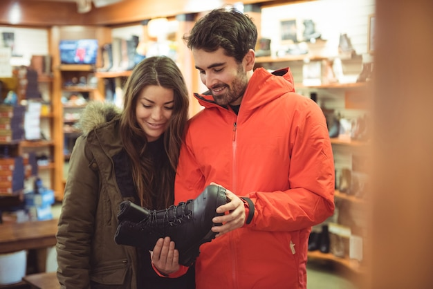 Casal escolhendo sapato em uma loja