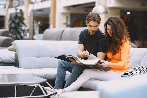 Casal escolhendo tecido na loja de móveis