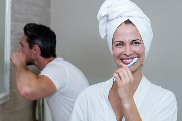 Casal escovando os dentes no banheiro