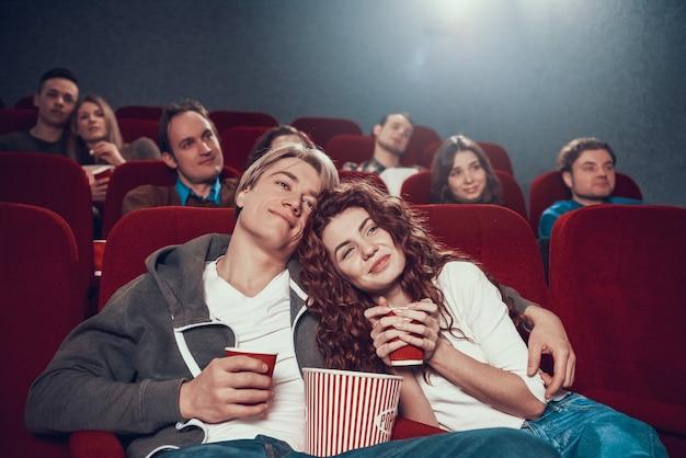 Casal está assistindo melodrama no cinema.