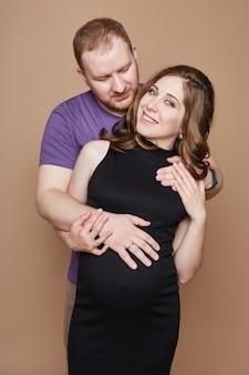 Casal está esperando um bebê.