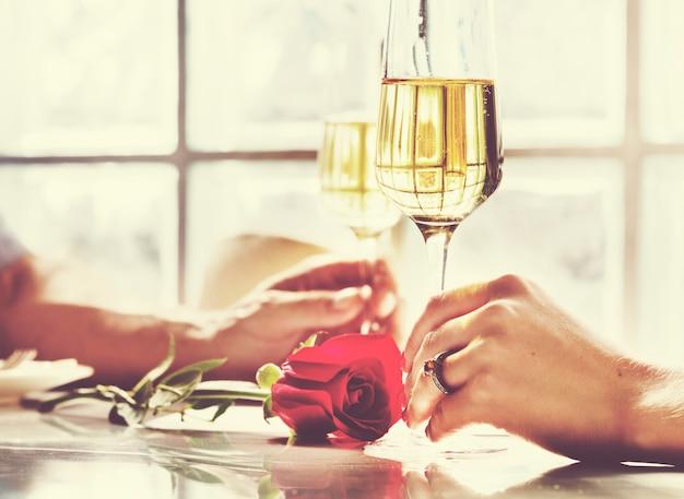 Casal está namorando em um restaurante