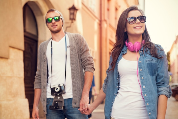 Casal estiloso caminhando pela cidade