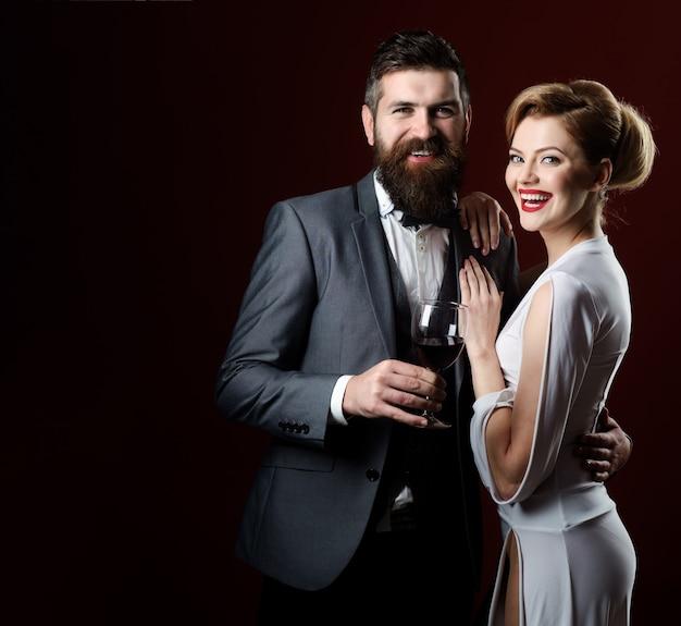 Casal estiloso, elegância, dançarinos de tango, atraente casal sexy de dançarinos de tango profissionais barbados