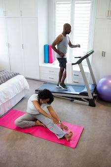 Casal exercitando no quarto