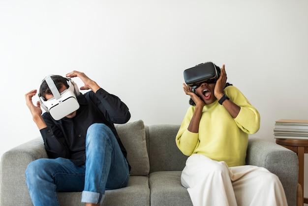 Casal experimentando tecnologia de entretenimento de simulação de rv
