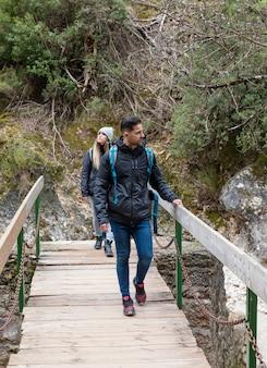 Casal explorando a natureza