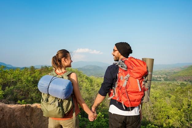 Casal, explorando o conceito de férias de viagem