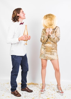 Casal fantasia se divertindo na festa de ano novo