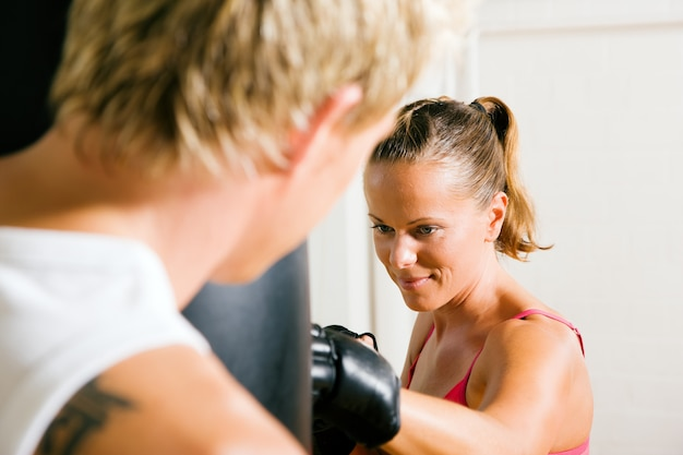 Casal fazendo artes marciais