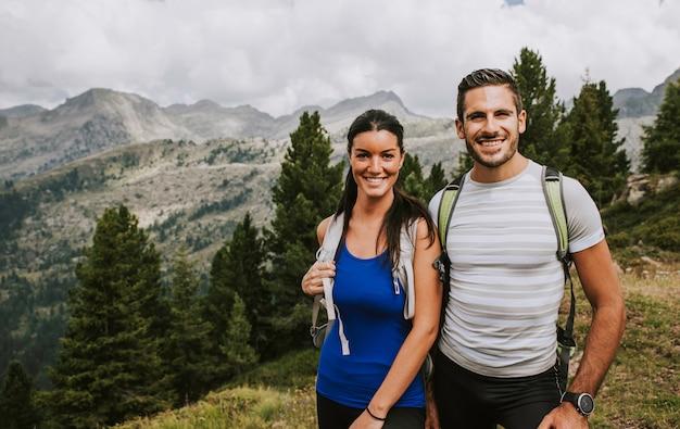 Casal fazendo caminhadas na montanha