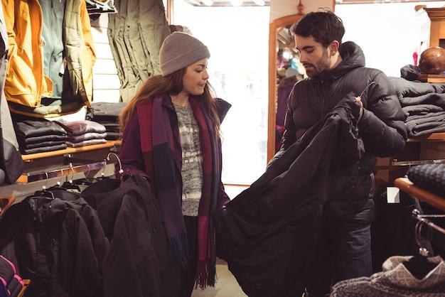 Casal fazendo compras em uma loja de roupas