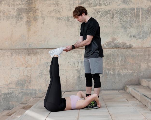 Casal fazendo exercícios ao ar livre