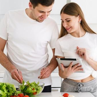 Casal fazendo salada