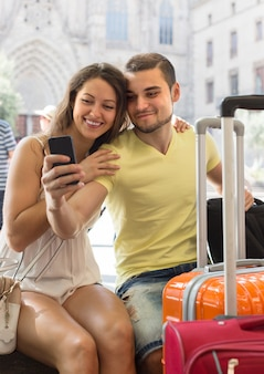 Casal fazendo selfie na rua