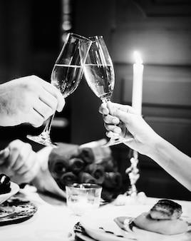 Casal fazendo um brinde em um jantar romântico