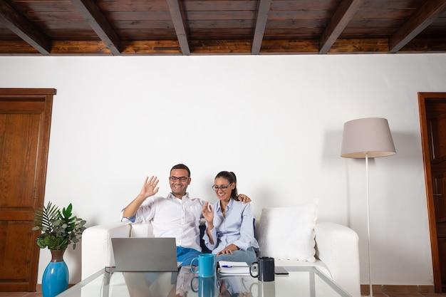 Casal fazendo videochamada em casa